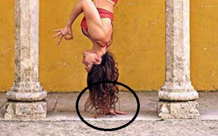 La profesional del yoga, Riva G., realizando una acrobacia de esta disciplina.