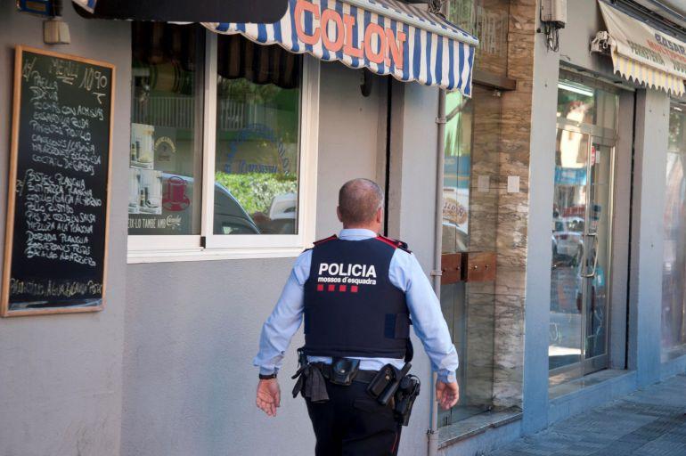 Un Mosso d'Esquadra, ante el edificio donde un hombre ha matado a su mujer en su domicilio familiar de Blanes (Girona).