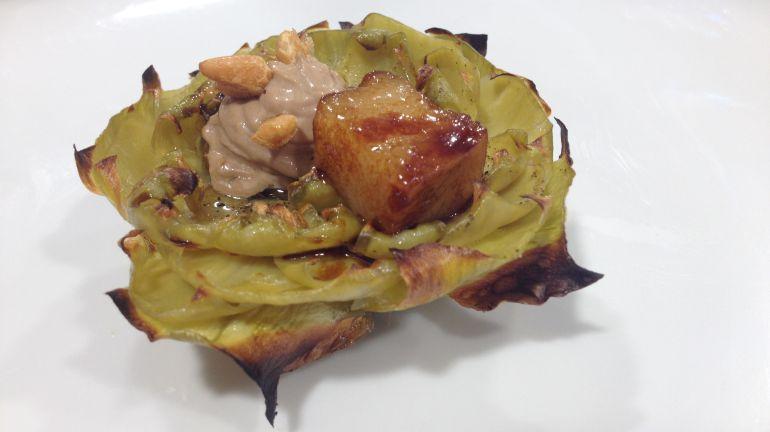 Alcachofa con papada ibérica, teriyaki de regaliz, mayonesa de ajo negro y piñones.