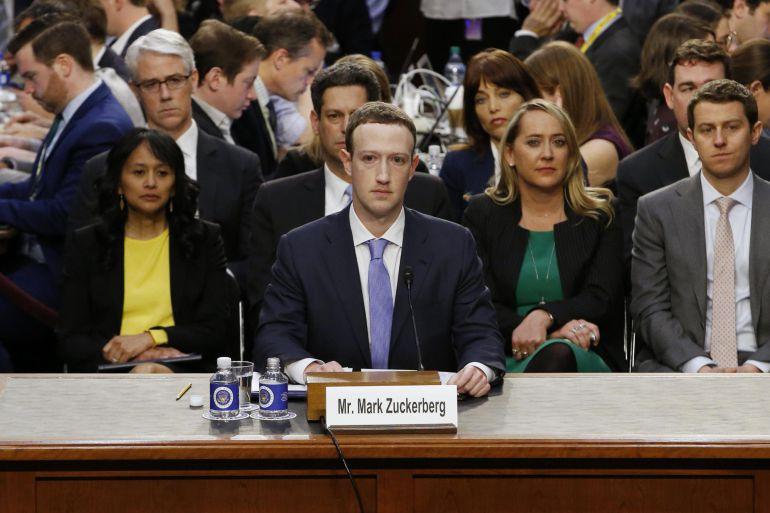 El presidente y fundador del gigante tecnológico Facebook, Mark Zuckerberg (c), testifica ante el Comité Senatorial de Comercio, Ciencia y Transporte y el Comité Judicial del Senado, en Washington