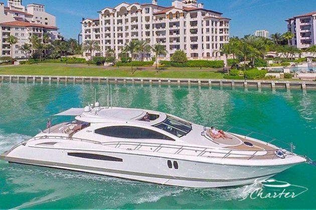 Navegación en un barco 75' Lazzara LSX con alquiler de jet ski en Miami.