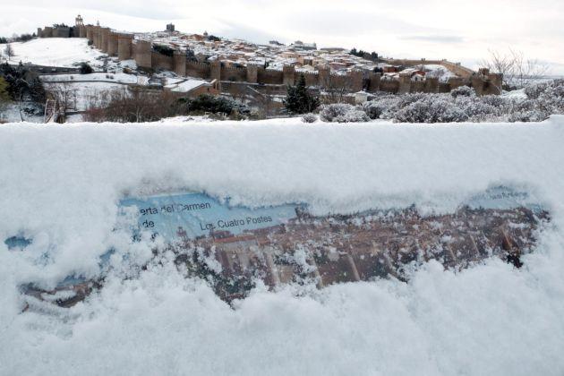Vista general de Ávila con nieve caída durante la madrugada.
