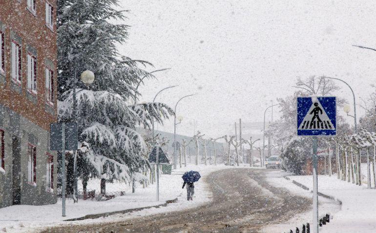 Intensa nevada caída hoy en la localidad de Escucha (Teruel).