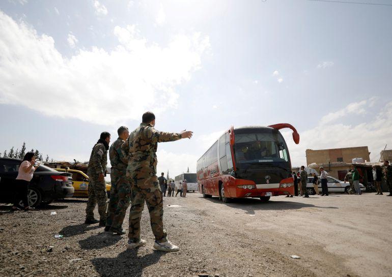 familias rebeldes sirias abandonan el campo de Wafideen en Douma.