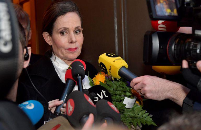 La secretaria permanente de la Academia Sueca, Sara Danius, ofrece declaraciones a los medios tras una reunión en Estocolmo (Suecia)