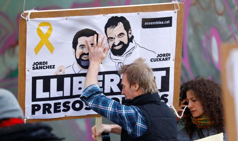 Un activista con una pancarta a favor de los 'Jordis' en Berlín el día 7