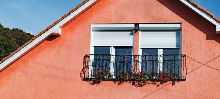 Nos ha costado, pero hemos encontrado persinanas en el extranjero, esta casa está en Rumanía