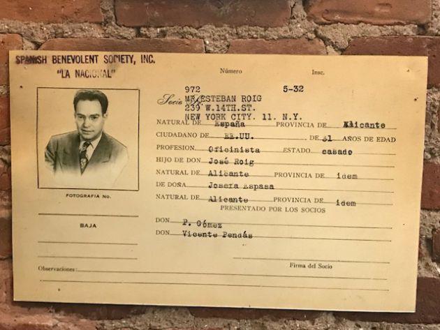 Ficha de uno de los españoles que cuelga de las paredes de 'La Nacional'.