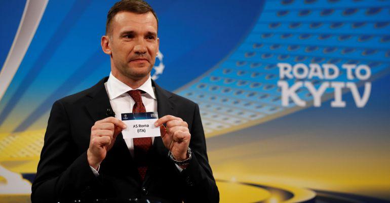 Andriy Shevchenko muestra el papel de la Roma en el sorteo de semifinales de la Champions.