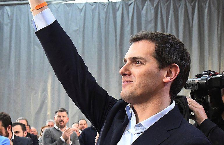 El presidente de Ciudadanos, Albert Rivera, saluda a los militantes de su partido en un encuentro celebrado recientemente en León