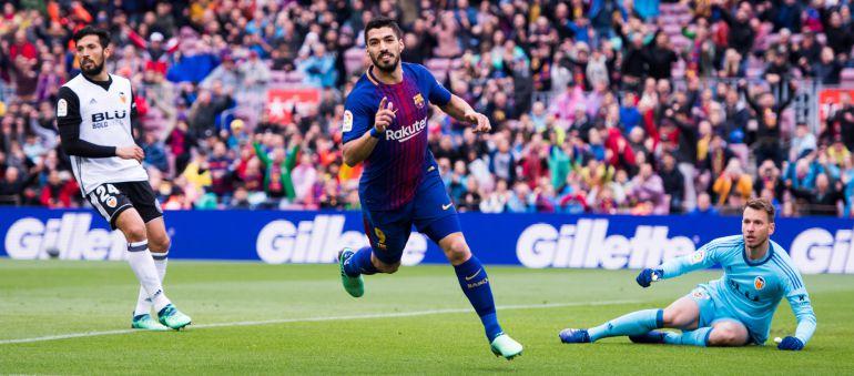 Luis Suárez celebra su gol frente al Valencia en el Camp Nou