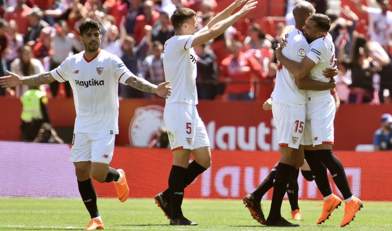 Los jugadores del Sevilla celebran el gol del empate