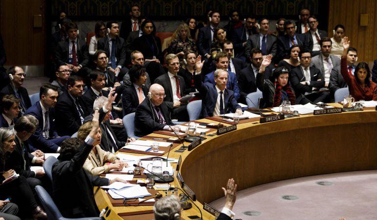 Diplomáticos se reúnen para votar los proyectos de resolución del Consejo de Seguridad de las Naciones Unidas en respuesta a un presunto ataque con armas químicas en Siria.