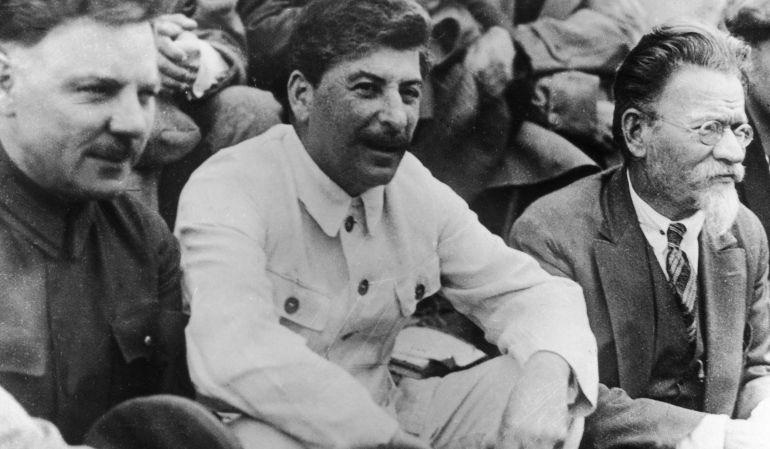 Stalin, junto a otros dos líderes rusos en una foto tomada en 1935