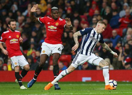 James McClean controla el balón bajo la mirada de Paul Pogba en el encuentro entre el West Bromwich y Manchster United.