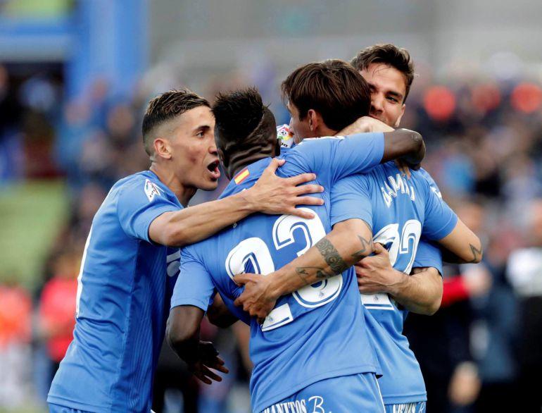 Los jugadores del Getafe celebran el primer gol del equipo azulón durante el encuentro correspondiente a la jornada 32 de primera división que disputan esta tarde frente al Espanyol en el Coliseum Alfonso Pérez, en la localidad madrileña.