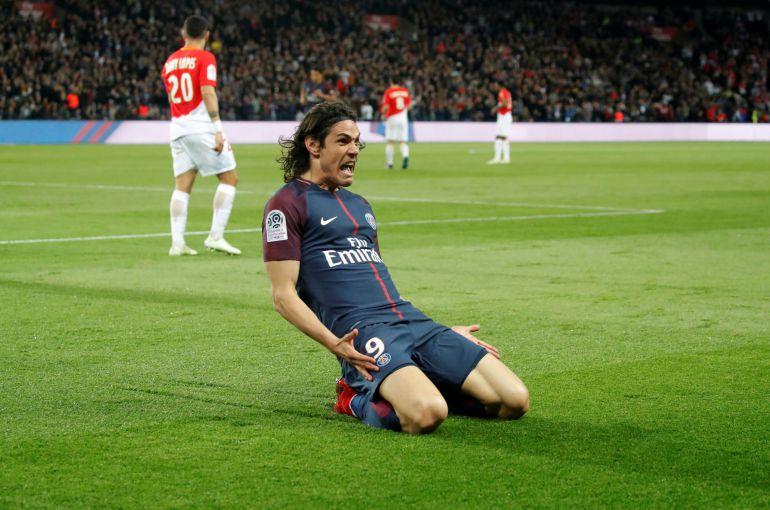Cavani celebra uno de los goles del partido