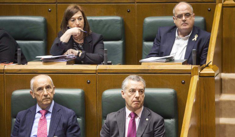El lehendakari, Iñigo Urkullu (d), el consejero de Gobernanza Pública y Autogobierno del Gobierno Vasco, Josu Erkoreka (i), y los pparlamentarios del PNV Joseba Egibar y Josune Gorospe (detrás).