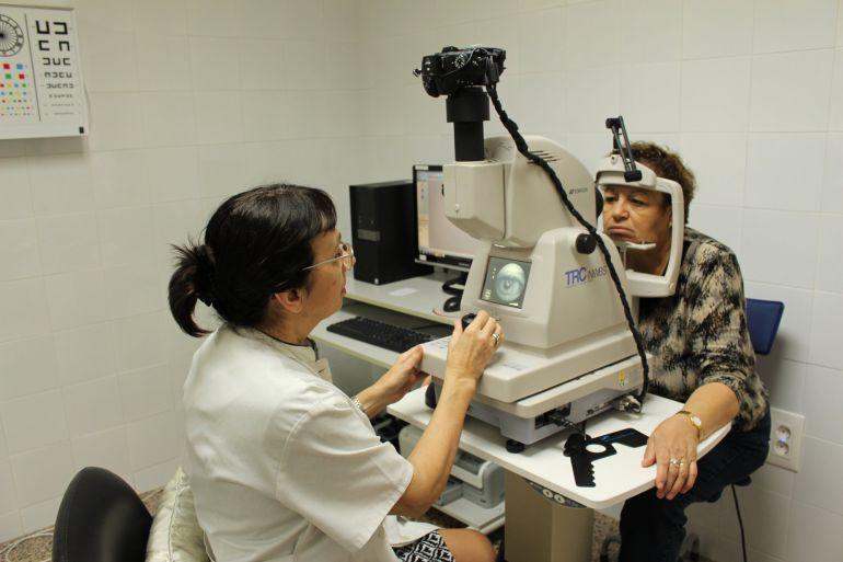 Una enfermera realiza una prueba para detectar la retinopatía, una de los efectos secundarios de la diabetes.