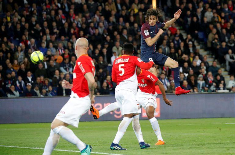 Cavani, después de rematar a puerta en el partido ante el Mónaco