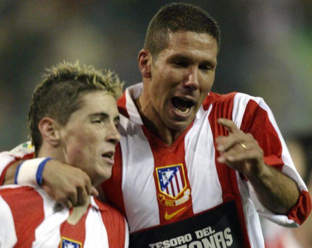 Fernando Torres y Simeone celebran un gol en enero de 2004