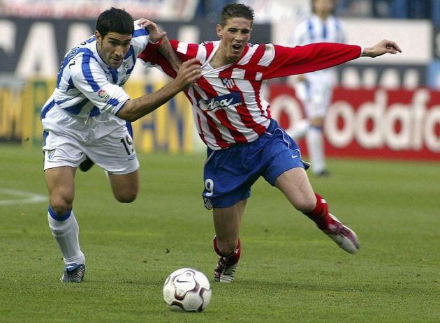 Fernando Torres lucha por un balón con Fernando Sanz en un partido de 2003.