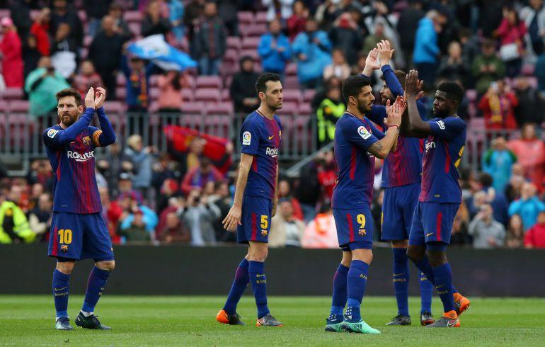 Los jugadores del FC Barcelona agradecen el apoyo de la afición durante el encuentro entre el Barcelona y el Valencia.