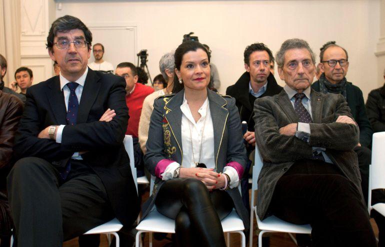 El presidente del Celta, Carlos Mouriño (derecha), durante la presentación de las tres propuestas arquitectónicas para la nueva Ciudad Deportiva del Celta que pretenden levantar en Mos (Pontevedra)