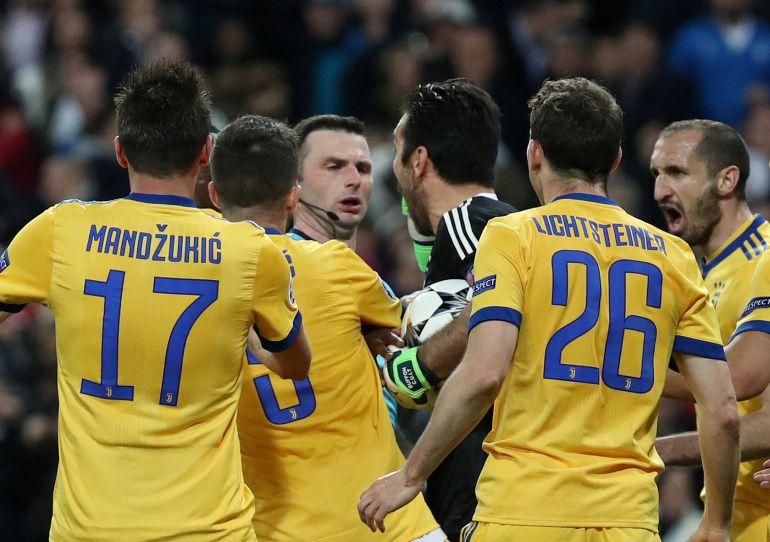 Los jugadores de la Juventus protestan el penalti señalado por Michael Oliver en el encuentro de Champions entre el Real Madrid y Juventus.