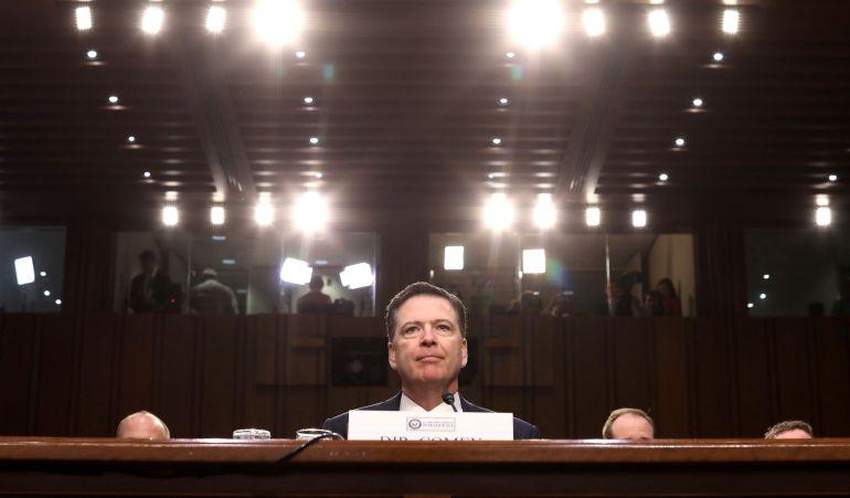 Fotografía de archivo del 8 de junio de 2017 que muestra al exdirector del FBI James Comey durante el Comité de Inteligencia del Senado sobre las investigaciones de la administración Trump y su posible relación con Rusia durante la campaña electoral, en Washington (Estados Unidos).