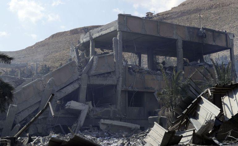 Así quedó un edificio tras los bombardeos de EEUU, Francia y Reino Unido sobre Siria este fin de semana.