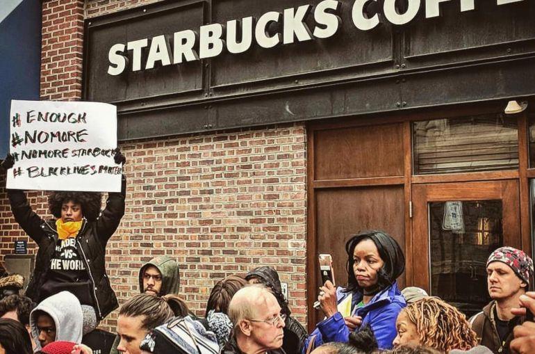 Protestas a las puertas del Starbucks en el que dos hombres negros fueron detenidos por no consumir nada
