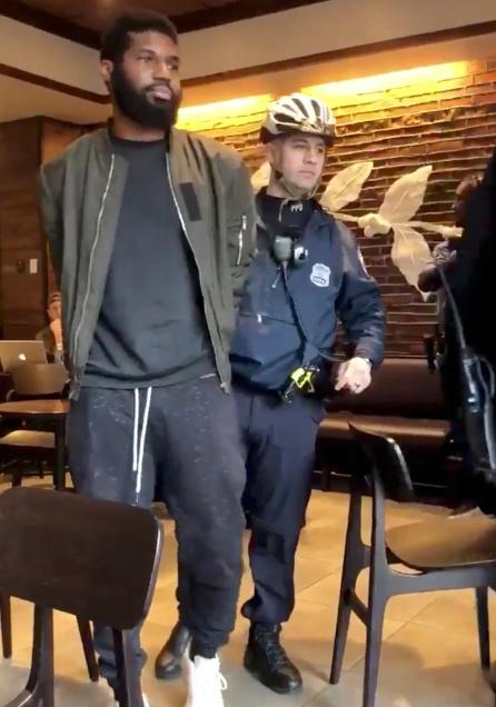 Momento en el que un hombre es detenido en el Starbucks de Filadelfia