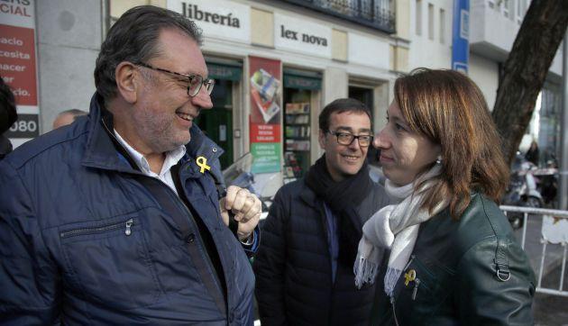 Josep Lluís Cleries i Assumpció Laïlla conversen a les portes del Tribunal Suprem, el 16 d'abril del 2018 (Horitzontal).