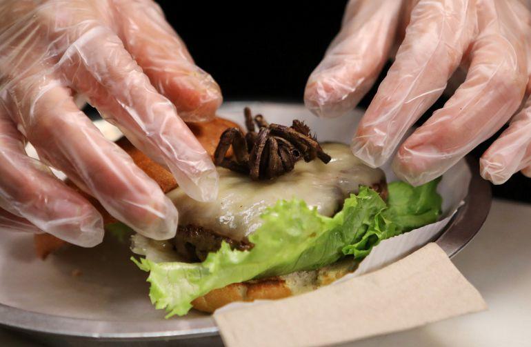 La hamburguesa con tarántula asada de Bull City Burger and Brewery en el Norte de California.