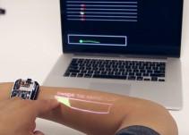 Crean un reloj inteligente que convierte tu brazo en una pantalla táctil