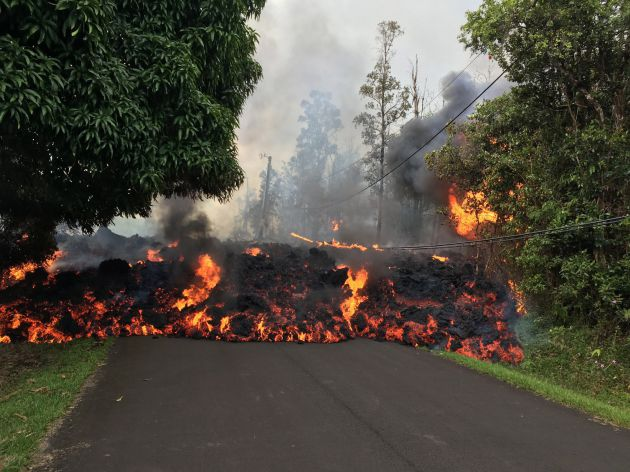 La lava recorriendo la Makamae Street, en el estado de Leilani, cerca de Pahoa, Hawái.