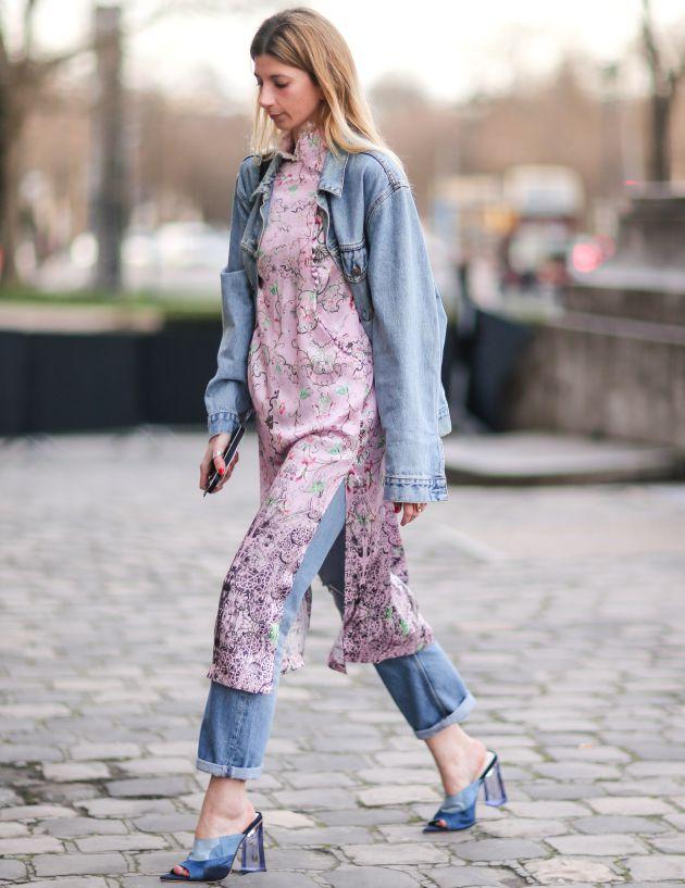 Una invitada en la Semana de la Moda de París.