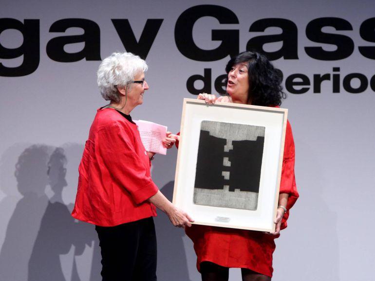 Soledad Gallego-Díaz recibe el galardón a la Trayectoria Profesional de manos de Almudena Grandes.