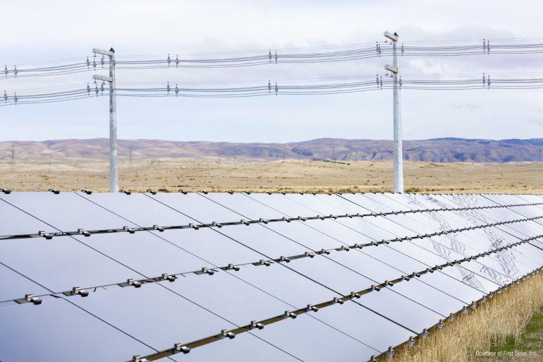 Paneles solares de una empresa en Tucson, Arizona (EE.UU.) situados en una zona desértica donde las temperaturas superan los 37 grados centígrados.