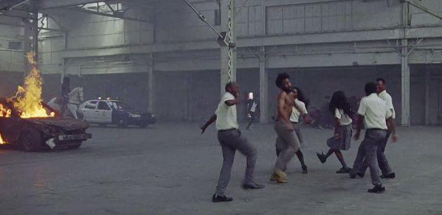El videoclip está cargado de guiños.