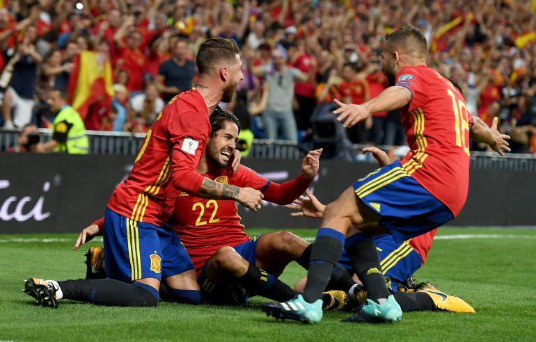 Los jugadores de España celebran un gol en el partido de clasificación jugado contra Italia en el Bernabéu.