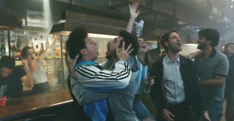 Dos aficionados argentinos celebran un gol de su Selección