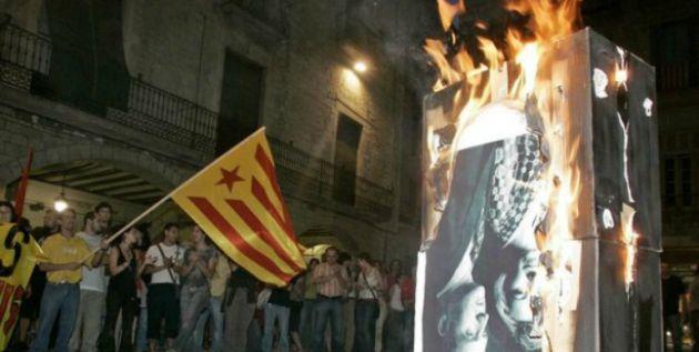 Quema de una foto de los reyes eméritos en 2007 en Girona
