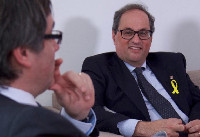 Quim Torra mira Carles Puigdemont en una reunió a Berlín el 10 de maig del 2018. Primer pla. (Horitzontal)