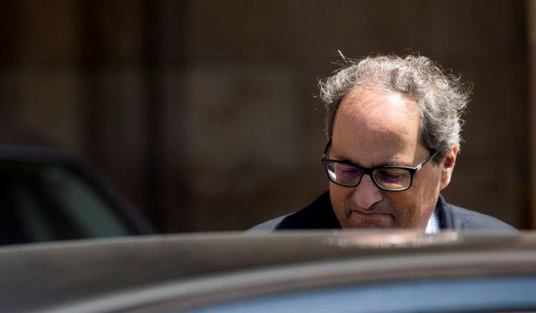 El candidato a presidente de la Generalitat, Quim Torra, sale del Parlament, tras la reunión que ha mantenido el grupo parlamentario de JxCat.