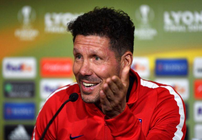 Simeone sonríe en la sala de prensa