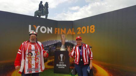 José Antonio Carrero y Pilar Diego posan junto al título de la Europa League en Lyon.