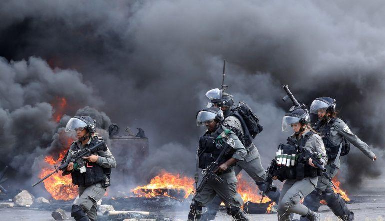 Solados israelíes persiguen a varios manifestantes palestinos durante una protesta en el puesto de control de Huwwara, cerca de la ciudad cisjordana de Nablús (Palestina)