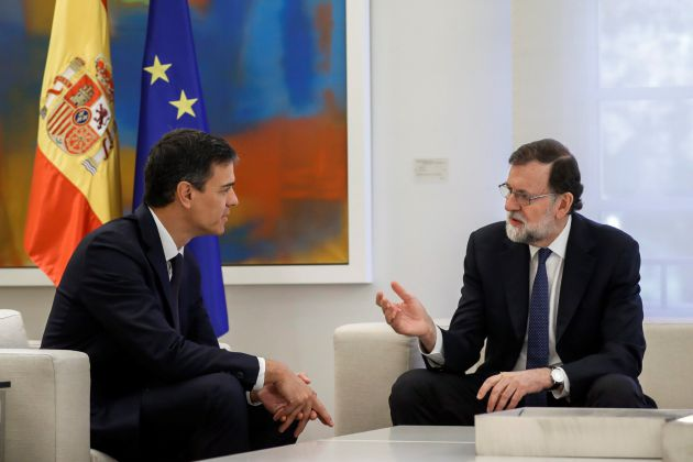 El presidente del Gobierno, Mariano Rajoy (d), y el líder del PSOE, Pedro Sánchez, durante la reunión que mantuvieron este martes en el Palacio de la Moncloa.